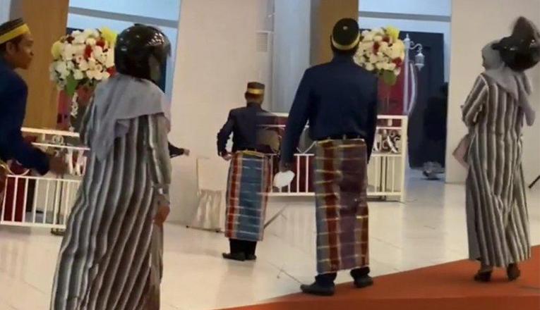, Ibu-Ibu Menggunakan Helm Hadiri Resepsi Pernikahan