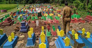 Makam Warna Warni Di Cat Untuk Menghilangkan Kesan Seram